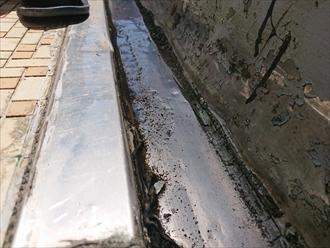 排水溝は板金で作られています