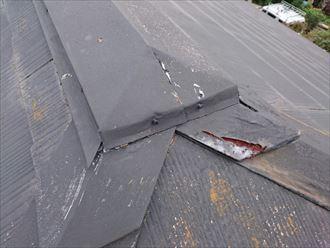 錆びて剥がれた棟板金の鋼板