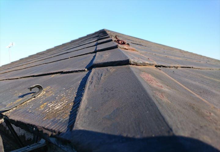 棟板金が捲れてしまっているスレート屋根