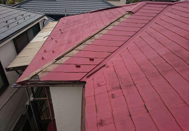 貫板ごと棟板金が飛散したスレート屋根