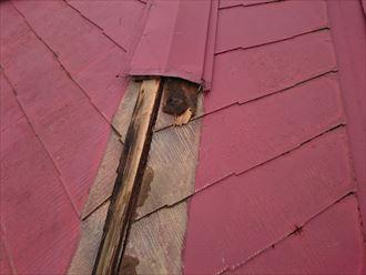 貫板ごと飛散した棟板金と露出したスレート