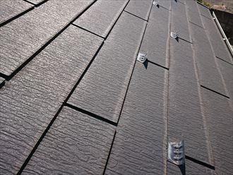 下端に変色の見られるスレート屋根