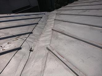 屋根の取り合いに谷樋が設けられている