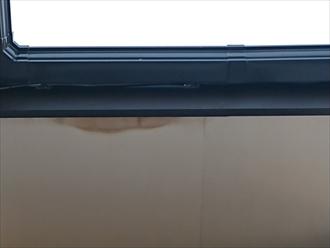 軒天と破風板の継ぎ目に茶色いシミ