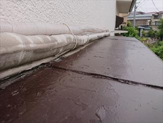 トタンには継ぎ目があり、そこからも雨水が入り込む可能性があります