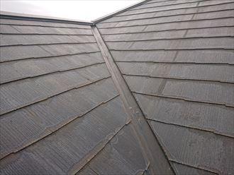 素地が露出して雨染みの目立つスレート屋根