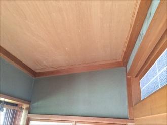 天井の枠から染み