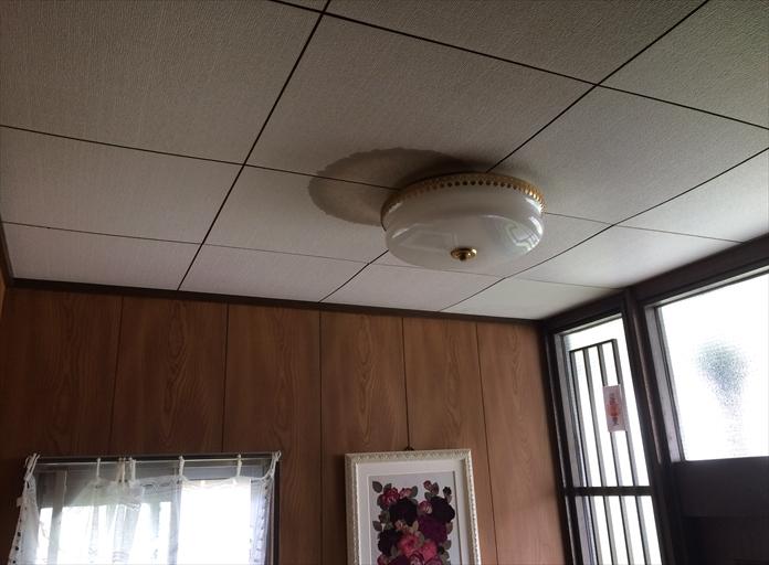 雨漏りが発生ている天井の染み