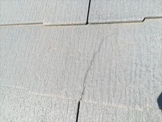 風の影響で割れたと思われるスレート材