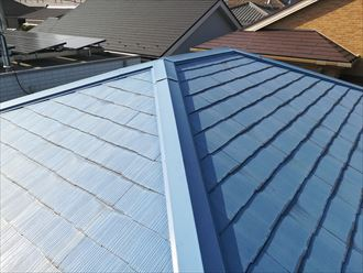 塗膜が劣化して色褪せたスレート屋根