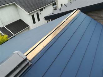棟板金が剥がれて貫板が見えてしまっている屋根