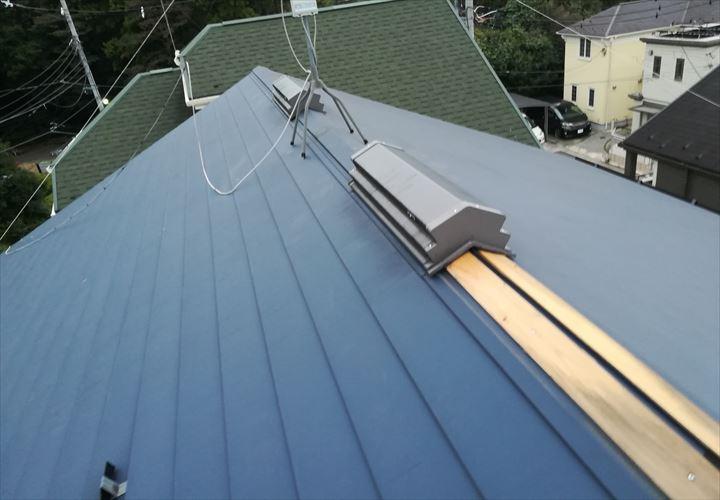 棟板金が剥がれている屋根
