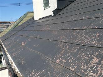 塗膜が劣化して赤茶色に変色したスレート屋根