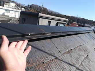 指が入るほど屋根との隙間ができた棟板金