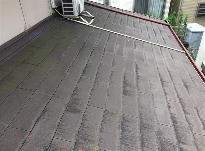 勾配の緩いスレート屋根の点検