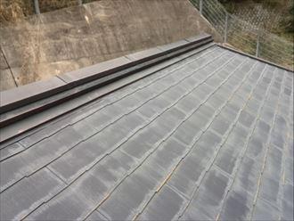 塗膜が劣化してスレートが色褪せた屋根