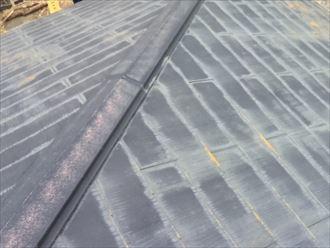 棟板金とスレートの塗膜が劣化してしまった屋根