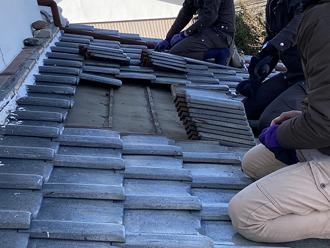 屋根葺き直し工事の様子 瓦の取り外し