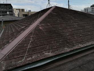 お住いは築29年が経過したスレート屋根で、塗膜の劣化や屋根材の傷みが顕著に表れておりました。これまで一度もメンテナンスを行っていないとのことで、苔の繁殖やカビによって全体的に黒ずんでいます。しかし、業者に指摘されたという屋根材の剥がれは確認されませんでした。屋根の不具合を指摘する業者の中には、時折嘘の情報を伝えてくる事もありますので、気を付けなければなりません。
