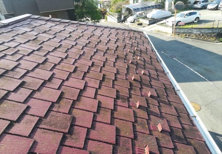 塗膜が劣化して藻や汚れが目立つアーバニーのスレート屋根