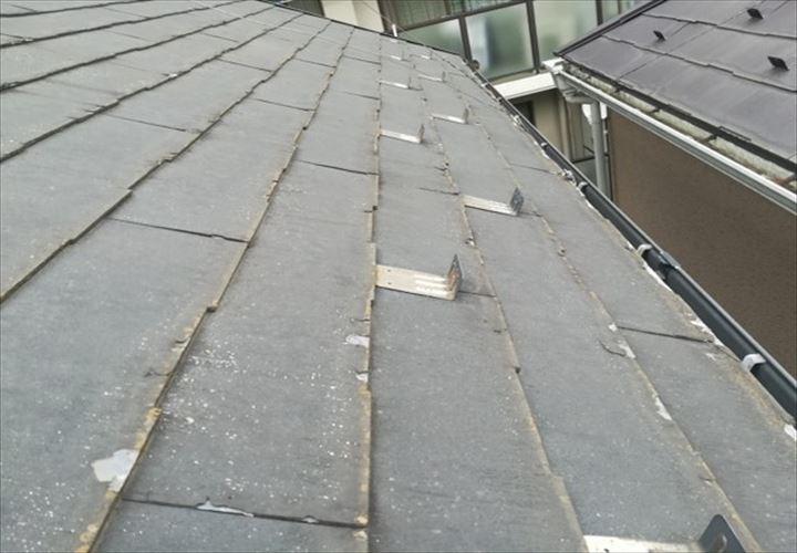 屋根材の表面が剥がれているパミールの屋根