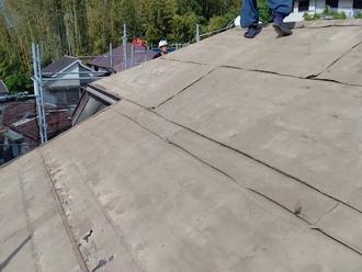 屋根葺き替え工事 古い瓦を撤去 防水紙が劣化して変色している