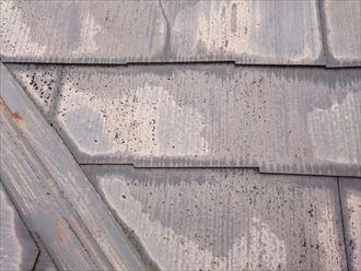 塗膜が劣化して色褪せや雨染みが発生したスレート