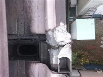 パテのような硬い素材で補修された雨樋
