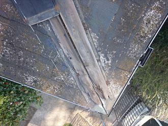 隅棟の先端で棟板金が飛散し、貫板が見えてしまっている状態