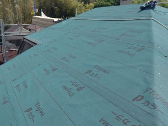 屋根葺き替え工事 新しい野地板と防水紙を設置