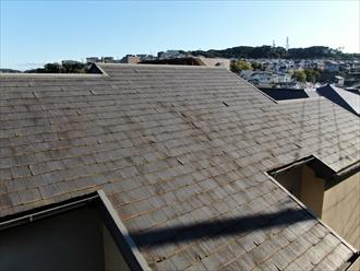 表層剥離が進んだ屋根