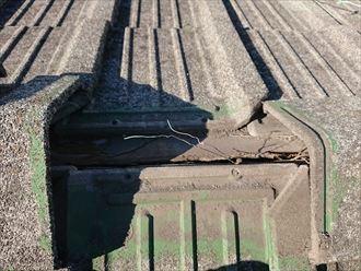 棟瓦を固定していた銅線が切れてしまっています