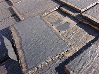 下地に汚れが付着し、以前より割れていることが伺える屋根材