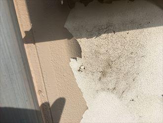雨水がかかって劣化したと思われる外壁の塗膜
