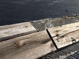 棟板金が飛散し、貫板も剥がれたことで見えてしまった下のスレート