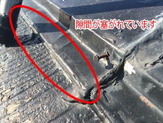 棟板金の隙間を埋めてしまうように施工したコーキング
