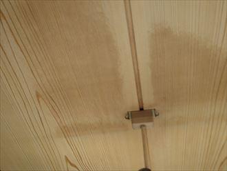 雨漏りによって天井にできたシミ