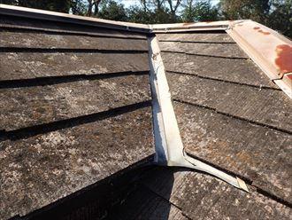 塗膜が劣化し、屋根材自体の傷みも激しくなったスレート屋根