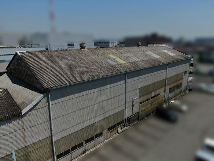 アスベストが含まれた工場のスレート