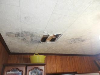 天井が雨漏りで傷んでいる