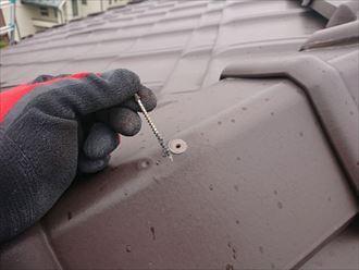 棟瓦を固定していた釘が簡単に抜けてしまう様子