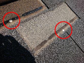 固定釘が露出してしまったアスファルトシングルの飛散箇所