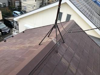 棟の上にアンテナが設置されている屋根