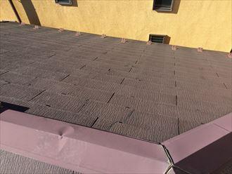 多数のひび割れが確認できるスレート屋根