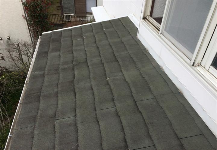 勾配が緩く、雨水が滞留しやすいスレート屋根
