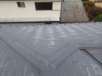 色褪せの目立つスレート屋根