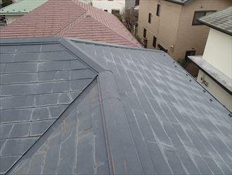 全体的に色褪せの目立つスレート屋根