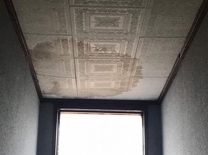 天井からの雨漏りで天井化粧板に染みが出来ている