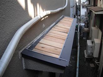 ガルバリウム鋼鈑の屋根材設置の様子