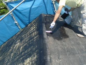 下地調整後にシーラーを塗布している屋根塗装の様子